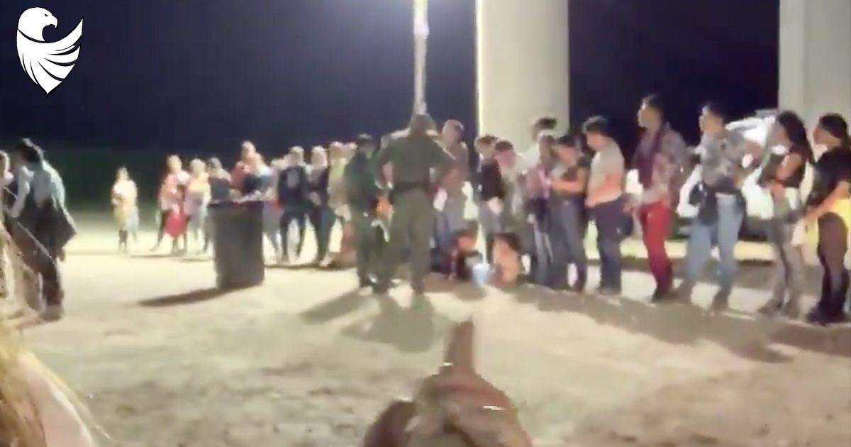 Texas Reporter Watches Hundreds of Migrants Enter US in Just One Night